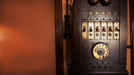 Un vecchio telefono da parete in legno del XIX secolo. Il telefono è molto usato ma è ancora in buone condizioni. Copia spazio