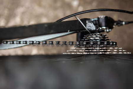 looked down at the gears and the chain and gearbox of the mountain bike. The gear chains are very dusty and greasy.