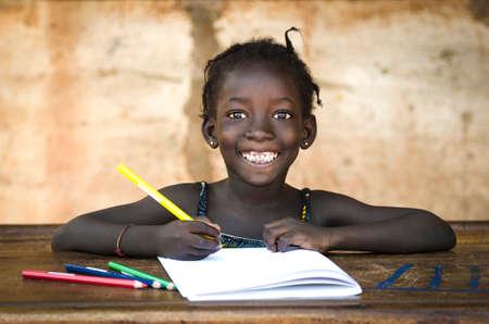 Bildung Symbol: Big Offenes Lächeln auf African School Girl Standard-Bild - 70861556
