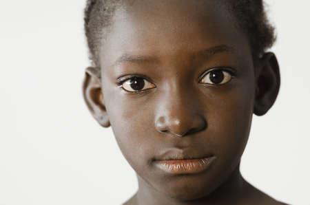 Trauriges afrikanisches Kind, das ihr Gesicht für ein Porträt, Traurigkeits-Verzweiflungssymbol, lokalisiert auf Weiß zeigt