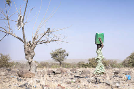 Tiny African ethnicity Women Working with fresh Water as a drought symbol Imagens