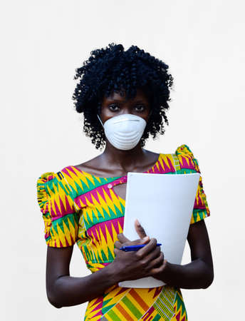African Black Woman Candid Photo Whilst Holding Paper and Wearing Face Mask Against new Coronavirus Stockfoto