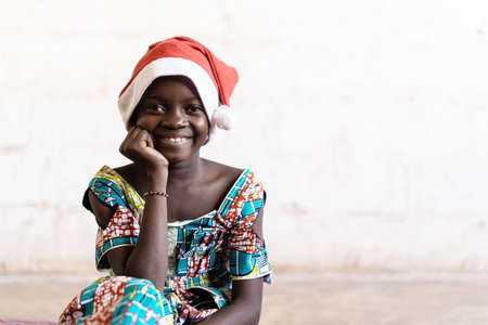 African Girl Happily Smiling in Christmas Hat Portrait Archivio Fotografico