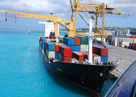 Vrachtschip geladen met containers
