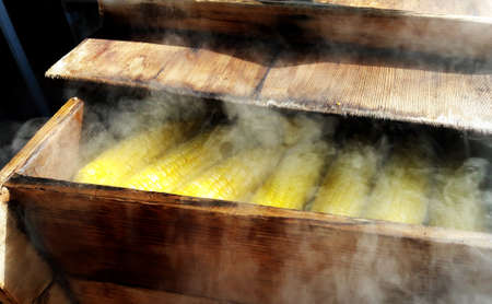 Boiled corn in a wooden crate with smoke Banque d'images - 101900364