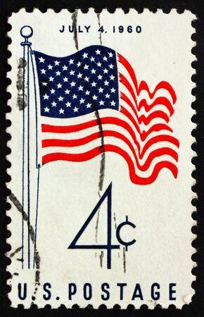 timbre postal: Estados Unidos - alrededor de 1960: un sello imprimido en los Estados Unidos muestra 50 estrellas que nos del pabellón 4 de julio, alrededor de 1960