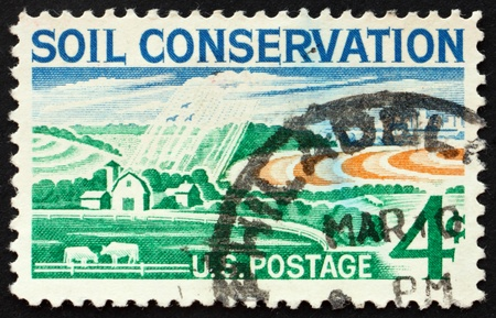 conservacion del agua: ESTADOS UNIDOS DE AMERICA - CIRCA 1959: un sello impreso en los Estados Unidos muestra que el uso del suelo agr�cola y las medidas de conservaci�n del agua, alrededor del a�o 1959