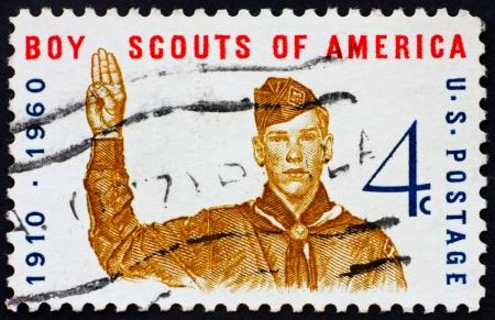 pfadfinderin: UNITED STATES OF AMERICA - CIRCA 1960: einen Stempel in den Vereinigten Staaten von Amerika gedruckt zeigt Boy Scout geben scout unterzeichnen, 50. Jahrestag der Boy Scouts of America, circa 1960