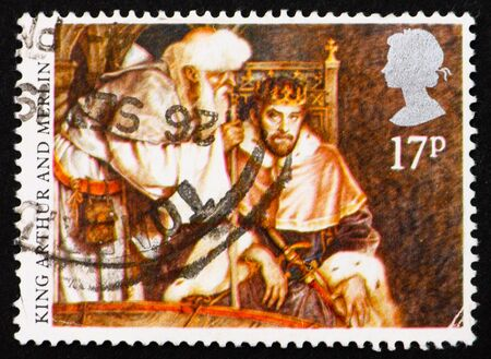 mago merlin: GRAN BRETA�A - CIRCA 1988: un sello impreso en la Gran Breta�a, muestra al Rey Arturo y Merl�n, Arturo consultar con Merl�n, alrededor del a�o 1988