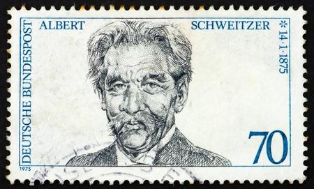 Alemania - CIRCA 1975: un sello impreso en Alemania muestra el Dr. Albert Schweitzer, médico misionero, fundador del Hospital Albert Schweitzer en Lambaréné Gabón, alrededor de 1975
