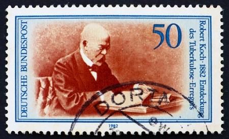 discoverer: Alemania - CIRCA 1982: un sello impreso en la Alemania muestra Robert Koch, descubridor del bacilo de la tuberculosis, alrededor del a�o 1982 Editorial