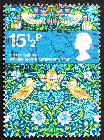 morris: GRAN BRETAGNA CIRCA 1982: un francobollo stampato in Gran Bretagna mostra Strawberry Thief, Textile Design di William Morris, circa 1982 Archivio Fotografico