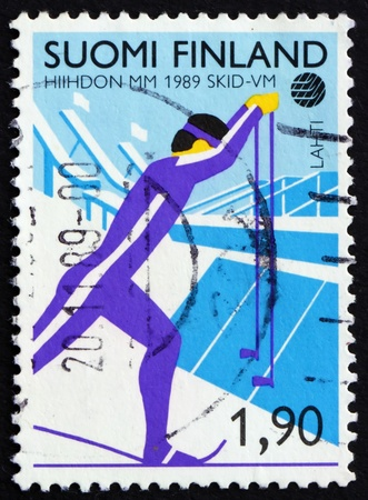 FINLAND - CIRCA 1989: a stamp printed in the Finland shows Cross County Skiing, Nordic Ski Championships, Lahti, circa 1989 Imagens - 11960402