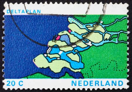 shorten: PA�SES BAJOS - CIRCA 1972: un sello impreso en los Pa�ses Bajos demuestra Mapa de Delta, Delta Plan de Proyecto para acortar el Litoral, alrededor del a�o 1972