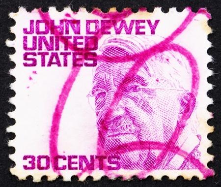 dewey: STATI UNITI D'AMERICA - CIRCA 1968: un francobollo stampato negli Stati Uniti d'America mostra John Dewey, filosofo, psicologo e riformatore educativo, circa 1968