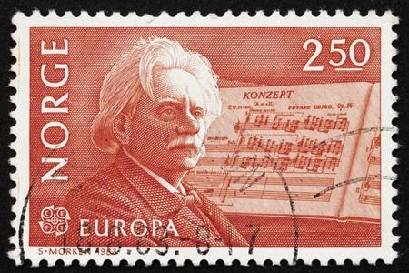 concerto: NORUEGA - CIRCA 1983: un sello impreso en la Noruega muestra Edvard Grieg, compositor y su Concierto para piano en si menor, alrededor del a�o 1983 Editorial