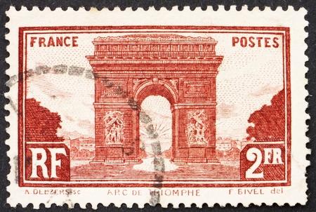 FRANKRIJK - CIRCA 1931: Een stempel gedrukt in de Frankrijk toont Arc de Triomphe, Parijs, triomfboog, circa 1931