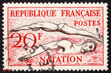 natation: FRANCIA - CIRCA 1953: un sello impreso en la Francia muestra Piscina, cerca de 1953 Foto de archivo