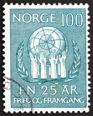 nazioni unite: NORVEGIA - CIRCA 1970: un francobollo stampato in Norvegia mostra Corona d'oliva e Hands Sostenere Globe, 25 � Anniversario delle Nazioni Unite, circa 1970 Archivio Fotografico