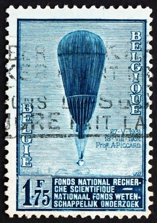 estratosfera: BELGIUM - CIRCA 1992: a stamp printed in the Belgium shows Auguste Piccard's Balloon, Ascent to the Stratosphere, circa 1992 Banco de Imagens