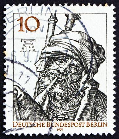 engraver: GERMANIA - CIRCA 1971: un francobollo stampato in Germania, Berlino mostra suonatore di cornamusa di Durer, 500 � anniversario della nascita di Albrecht Durer, pittore e incisore, circa 1971 Editoriali