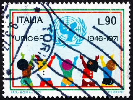 unicef: ITALIA - CIRCA 1971: un francobollo stampato in Italia mostra UNICEF Emblem e bambini, 25 ° anniversario dell'UNICEF, circa 1971