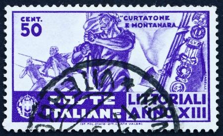 baionetta: ITALIA - CIRCA 1935: un francobollo stampato in Italia mostra Alfiere, attacco alla baionetta, Universit� Contest, circa 1935