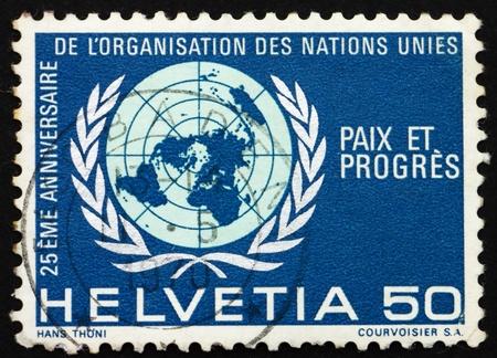 nazioni unite: SVIZZERA - CIRCA 1970: un francobollo stampato in Svizzera mostra emblema delle Nazioni Unite, 25 � Anniversario delle Nazioni Unite, circa 1970