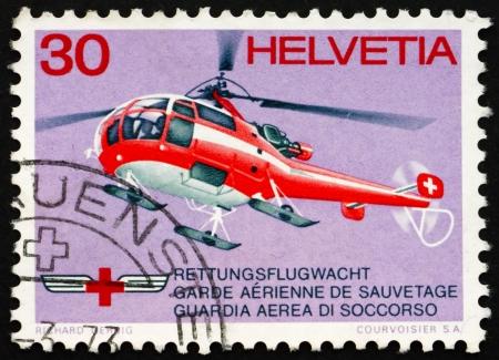 rood kruis: ZWITSERLAND - CIRCA 1972: een stempel gedrukt in het Zwitserland toont aan Rode Kruis reddingshelikopter, circa 1972 Redactioneel