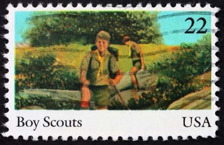 ESTADOS UNIDOS DE AMERICA - CIRCA 1985: un sello impreso en los EE.UU. muestra los Boy Scouts, 75 aniversario de los exploradores de muchacho de América, alrededor de 1985