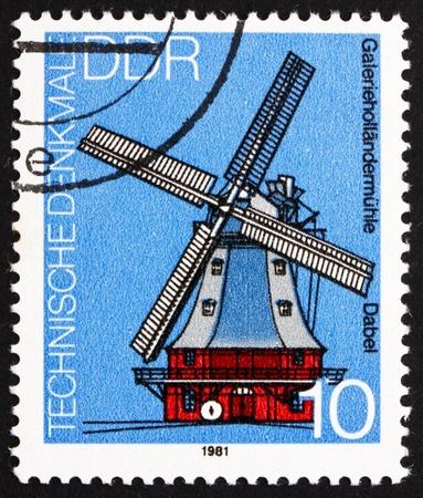 GDR - CIRCA 1981: un sello impreso en la RDA muestra molino de viento, Dabel, Alemania, alrededor de 1981