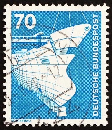 construction navale: ALLEMAGNE - CIRCA 1975: un timbre imprim� dans l'Allemagne montre la construction navale, circa 1975