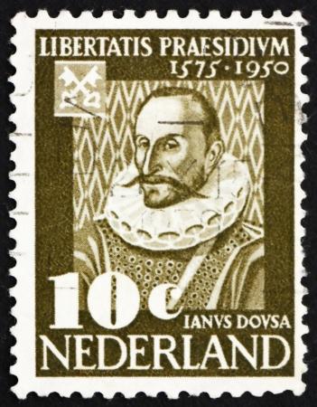 statesman: PAESI BASSI - CIRCA 1950: un francobollo stampato in Olanda mostra Janus Dousa, signore di Noordwyck, Statesman, storico, poeta, il primo curatore della Universit� di Leiden, circa 1950 Editoriali