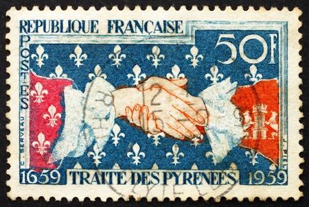 verdrag: FRANKRIJK - CIRCA 1959: Een stempel gedrukt in de Frankrijk toont Frans-Spaanse Handdruk, 300e verjaardag van de ondertekening van het Verdrag van de Pyreneeën, circa 1959