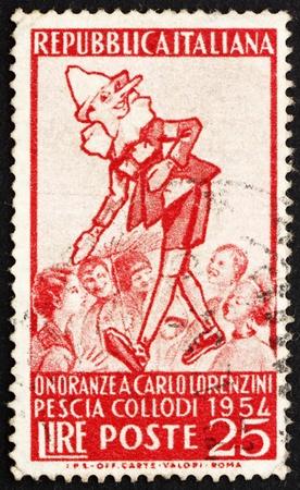 creador: ITALIA - CIRCA 1954: un sello impreso en Italia muestra el Pinocho y el Grupo de los Ni�os, Carlo Lorenzini, creador de Pinocho, alrededor de 1954 Editorial