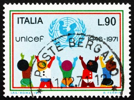 unicef: ITALIA - CIRCA 1971: un timbro stampato in Italia mostra UNICEF Emblema e bambini, 25 ° anniversario dell'UNICEF, circa 1971