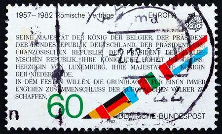 tratados: Alemania - CIRCA 1982: un sello impreso en Alemania muestra el texto de los Tratados de Roma, 25 aniversario, alrededor de 1982