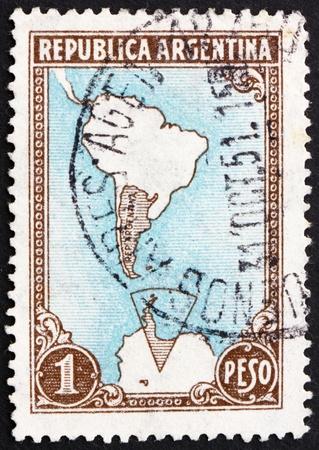 reclamos: ARGENTINA - CIRCA 1951: un sello impreso en la Argentina muestra visita Mapa reclamaciones ant�rticas Territoriales, circa 1951