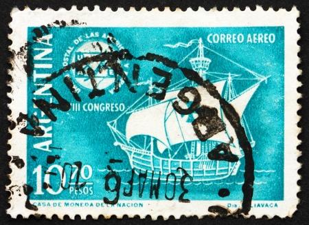 caravelle: ARGENTINE - CIRCA 1960: un timbre imprim� en Argentine montre Caravel et de l'embl�me, 8�me Congr�s de l'Union postale des Am�riques et de l'Espagne, vers 1960