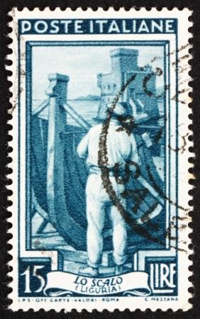 construction navale: ITALIE - CIRCA 1950: un timbre imprim� en Italie montre la construction navale, Ligurie, vers 1950