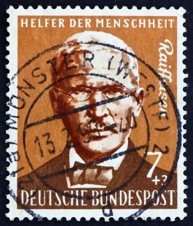 cooperativismo: ALEMANIA - CIRCA 1958: un sello impreso en Alemania muestra la Friedrich Wilhelm Raiffeisen, Pioneer m�s importantes de Alemania y Cooperativa, alrededor de 1958