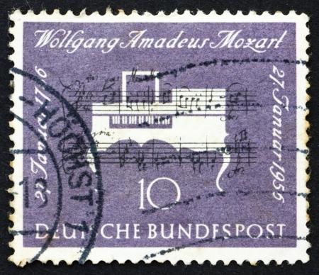 amadeus mozart: ALEMANIA - CIRCA 1956: un sello impreso en Alemania muestra el clavicordio, 200 aniversario del nacimiento de Wolfgang Amadeus Mozart, compositor, circa 1956