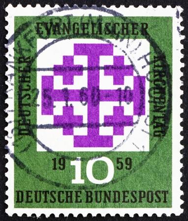 ALEMANIA - CIRCA 1959: un sello impreso en Alemania muestra el emblema del Sínodo, Reunión de los protestantes alemanes, Sínodo Evangélico, Múnich, alrededor del año 1959