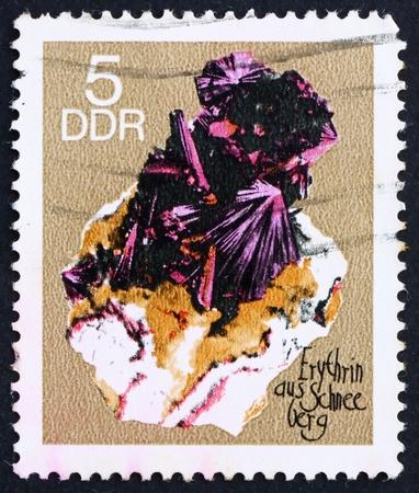 h�tte schnee: DDR - CIRCA 1969: Ein Stempel in der DDR gedruckt zeigt Erythrin aus Schneeberg, Red Cobalt, Mineral, circa 1969