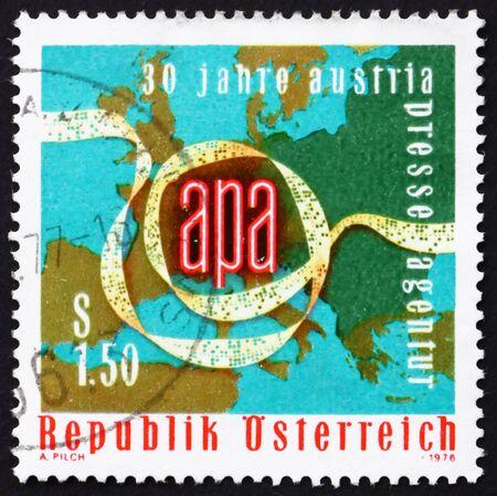 telegrama: AUSTRIA - CIRCA 1976: un sello impreso en la cinta perforada muestra Austria, mapa de Europa, el 30 º aniversario de la Agencia de Prensa de Austria, alrededor del año 1976