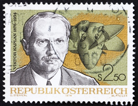 uitvinder: OOSTENRIJK - CIRCA 1976: Een stempel gedrukt in de Oostenrijk toont Viktor Kaplan, uitvinder van de Kaplan turbine, Geboorte Centenary, circa 1976