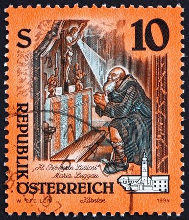retablo: AUSTRIA - CIRCA 1994: un sello impreso en la muestra Retablo Austria, St. Peregrinus Rezar, Monasterio Maria Luggau, Karnten, alrededor de 1994