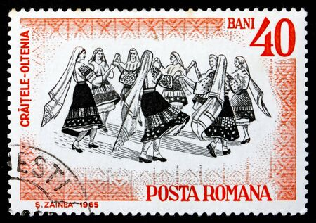 ROMANIA - CIRCA 1966: a stamp printed in the Romania shows Folk Dancers of Oltenia, Traditional Folk Dance, circa 1966 Imagens - 17262541