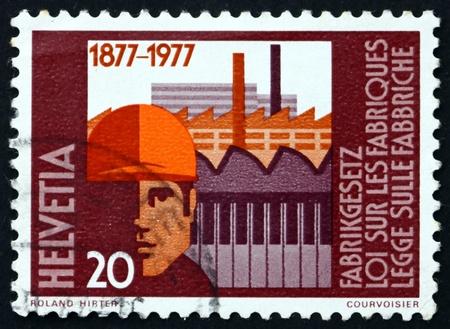 edicto: SUIZA - CIRCA 1977: un sello impreso en Suiza muestra el Centenario de los trabajadores y f�bricas, f�bricas de Ley Federal, circa 1977
