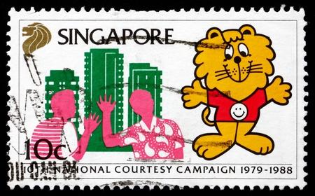 courtoisie: SINGAPOUR - CIRCA 1988: un timbre imprim� en France montre Singa du Lion et les voisins, 10e anniversaire de la campagne de courtoisie, circa 1988 �ditoriale